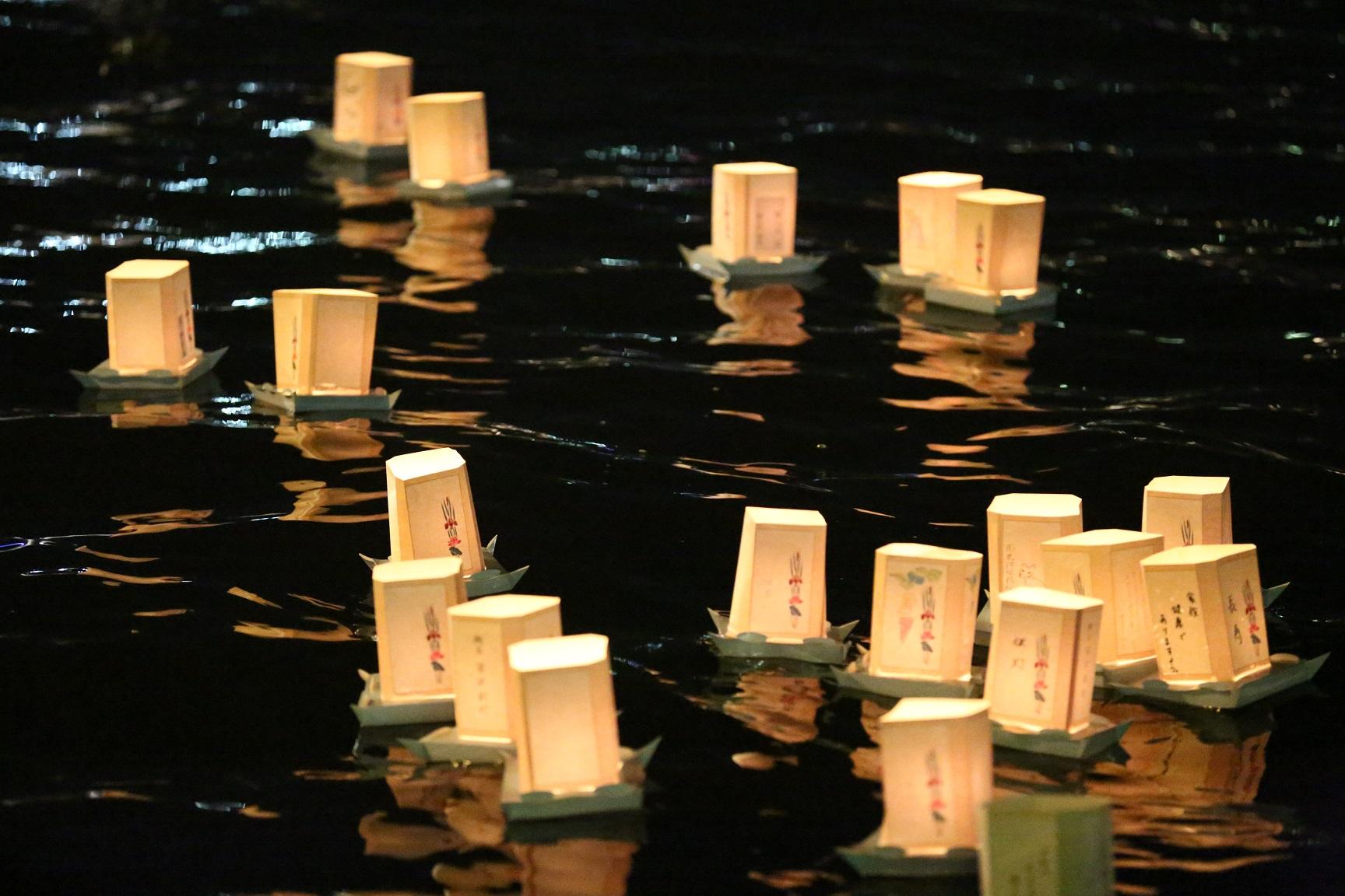 隅田川 とうろう流し 8月10日,2019年 13時より受付開始 18時30分流し始め